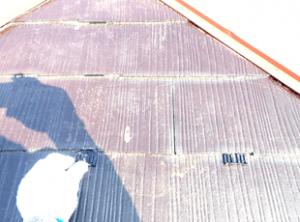 スレート瓦同士が塗料で付着しないようにタスペーサーという金具を噛ませます。この作業を省くと、雨水や湿気を排水できず、雨漏りの要因となります。