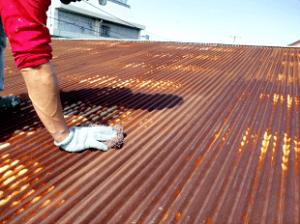 埼玉県川口市の約20年間放置されていたトタン屋根の塗装。ここまでサビが広範囲に広がっていても、補修と塗装で復活させました。