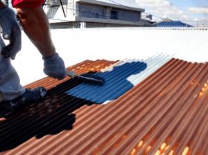 トタン屋根の下地補修が終了したら、サビ止めの下塗りを入念に塗装します。塗装の耐久性に関わる大事な工程です。