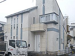 築10年の神奈川県厚木市での外壁屋根塗装。築年数は浅いが、外壁全体に汚れが目立ち、ひび割れも複数箇所確認。