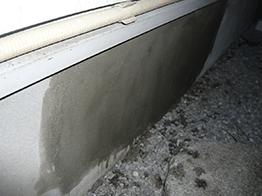 コンクリートの破片を除去し、接着剤を塗り込み、モルタルを打設。最後に同色で塗装を行いました。