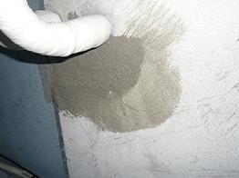 破片を除去し、接着剤とモルタルで再発しないように入念に補修実施。