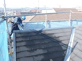 屋根の高圧洗浄です。塗料の密着性に影響する非常に重要な工程です。