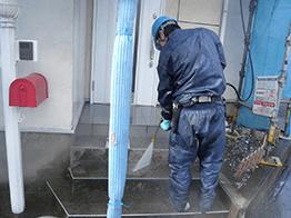 外壁および玄関の高圧洗浄です。今回は玄関階段のコンクリートを補修するので特に入念に行います。