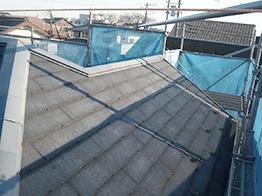 屋根の高圧洗浄が完了した状態です。