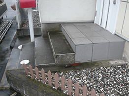 玄関階段のコンクリート部分の高圧洗浄の終了です。1段目の修繕を行います。