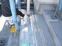 割れた箇所を取り除き、接着剤用の塗料を塗り込みます。